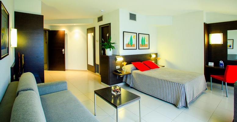 Costa Brava, Aqua Hotel Montagut, camera Suite, pat, canapea.jpg