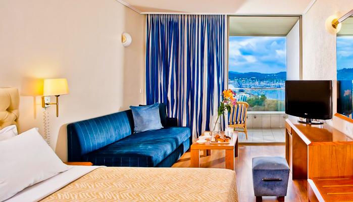 Corfu, Hotel Kontokali Bay, camera, canapea, TV, vedere spre mare.jpg