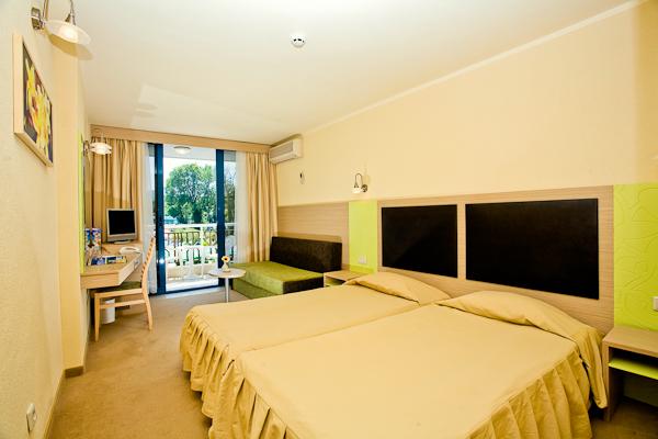 Albena, Hotel Slavuna, camera dubla, pat, vedere camera, tv.jpg