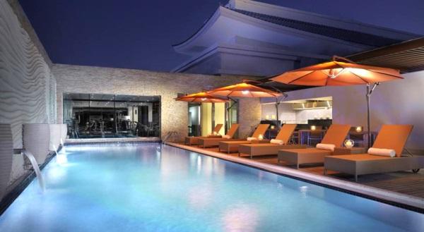 Dubai, Hotel Asiana, piscina, sezlonguri.jpg