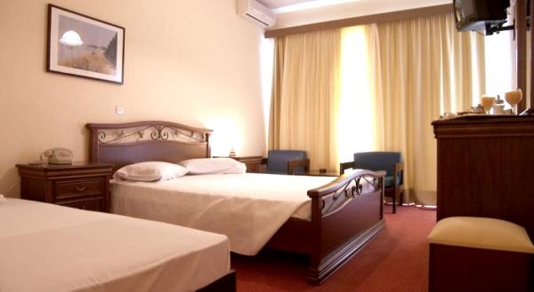 Corfu, Hotel Alexandros, camera tripla, tv, AC.jpg