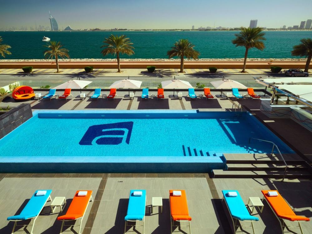 Dubai, Hotel Aloft Palm Jumeirah, piscina exterioara, sezlonguri, mare.jpg