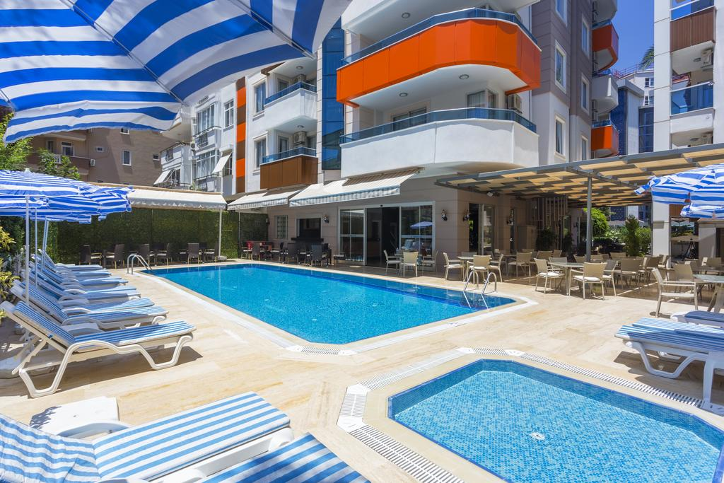 Alanya, Hotel Lonicera City piscina.jpg