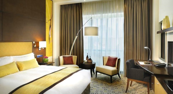 Dubai, Hotel Asiana, camera, pat dublu, birou, tv, masa.jpg