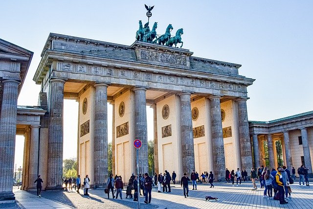 brand-front-of-the-brandenburg-gate-5117579_640.jpg