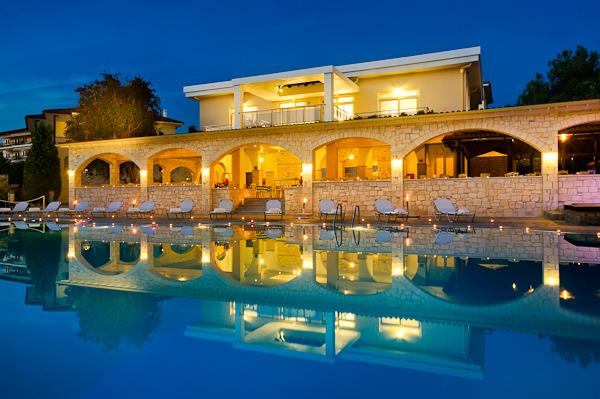 Halkidiki, Hotel Portes Beach, piscina exterioara, sezlonguri.jpg