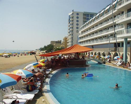 Hotel LTI Berlin Golden Beach piscina.jpg