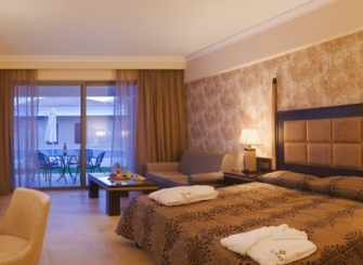 335-245-Family_Suite_master_bedroom.jpg