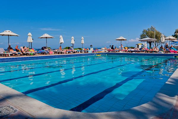 Zakynthos, Hotel Caravel Zante, piscina exterioara, sezlonguri.jpg