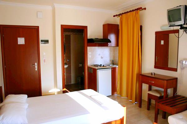 Nei Pori, Hotel Manolas, camera, paturi twin, tv, chicineta, baie.jpg