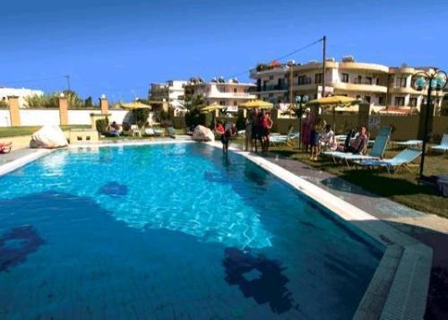 Villa George Studios piscina.JPG