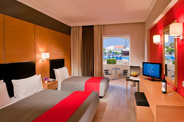 Kos, Hotel Kipriotis Village, camera dubla, extrabed, TV.jpg