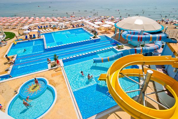 Sf. Constantin si Elena, Hotel Azalia, piscina exterioara, plaja.jpg