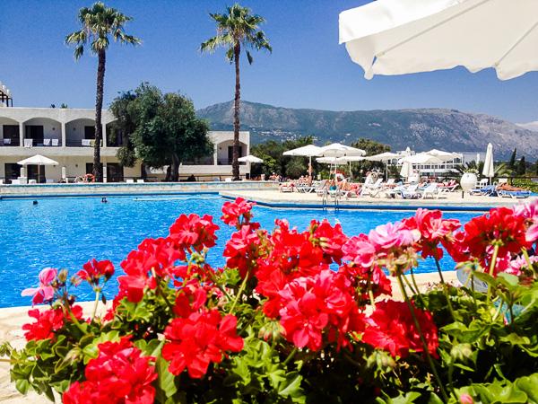 Corfu, Magna Graecia, exterior, piscina, hotel, flori.jpg
