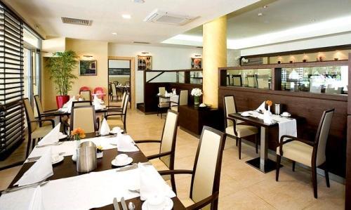 Hotel Flamingo Grand Studio restaurant.JPG