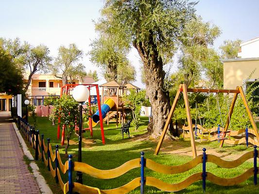 Corfu, Hotel Apollo Palace, loc de joaca pentru copii.jpg