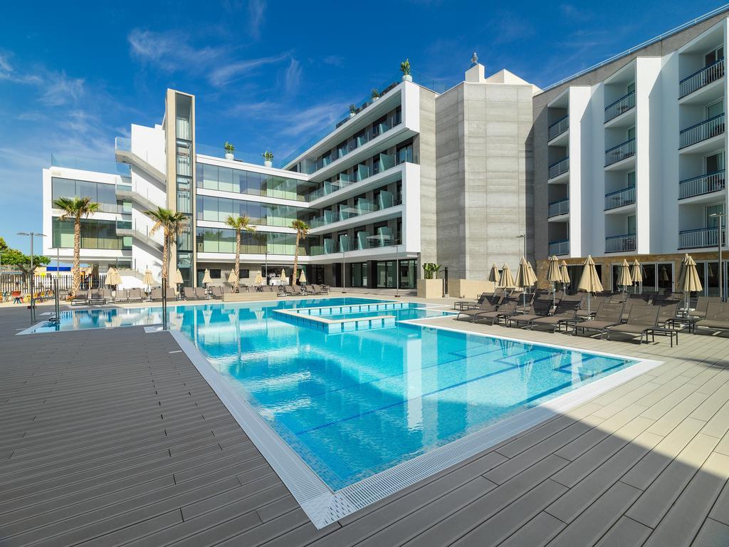 Mallorca_Hotel_H10_Casa_Del_Mar_piscina_exterioara_sezlonguri.jpg