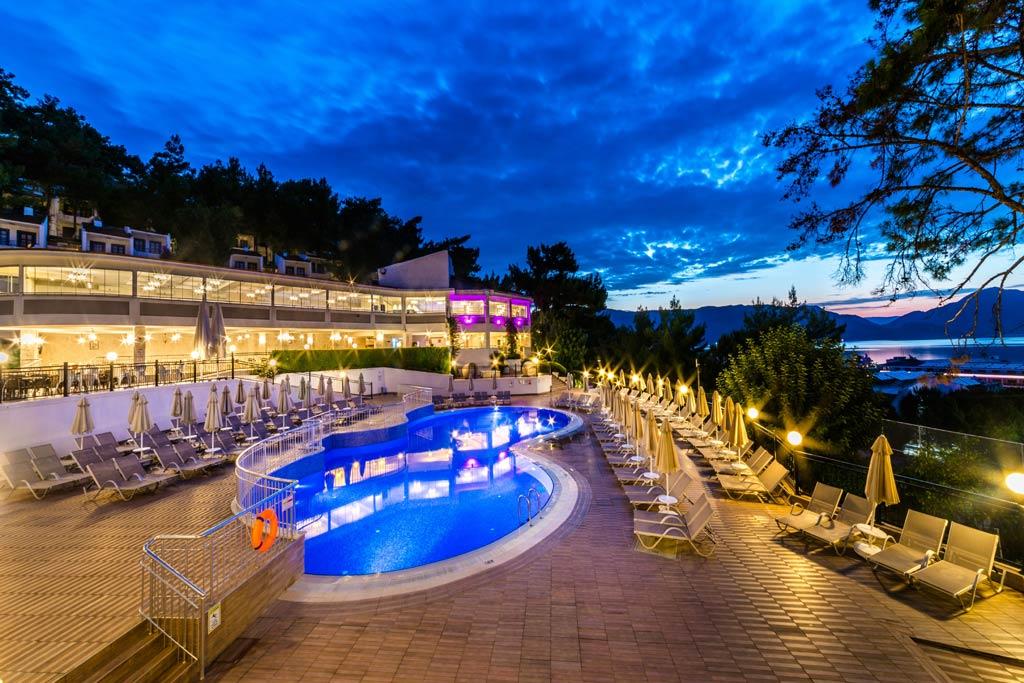 iphotels_ideal_panaroma_pool_03.jpg
