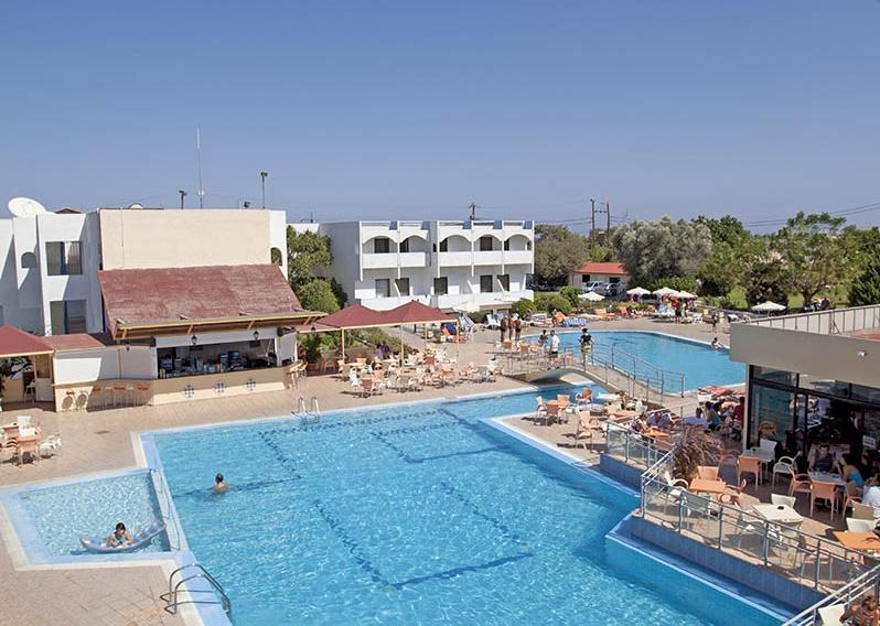 Piscina Hotel Evi.JPG