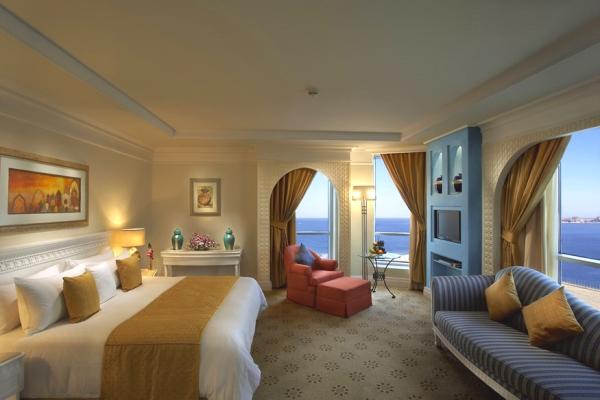 Dubai, Hotel Habtoor Grand, camera, pat dublu, canapea, terasa.jpg