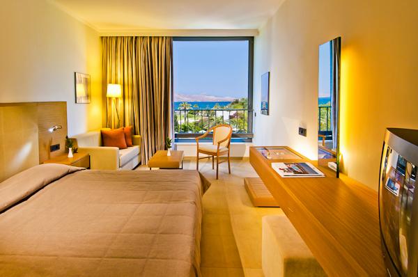 Kos, Hotel Caravia Beach, camera dubla, canapea, TV.jpg