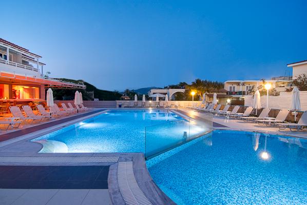 Zakynthos, Hotel Esperia, piscina exterioara, sezlonguri.jpg