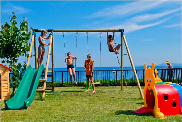 Corfu, Hotel Nissaki Beach, loc de joaca pentru copii.jpg