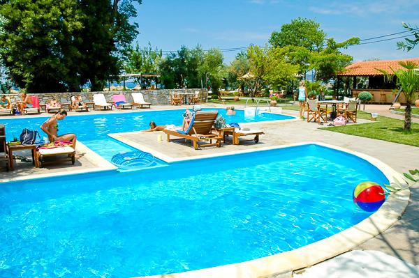 Thassos, Hotel Atrium, piscina exterioara, sezlonguri.jpg